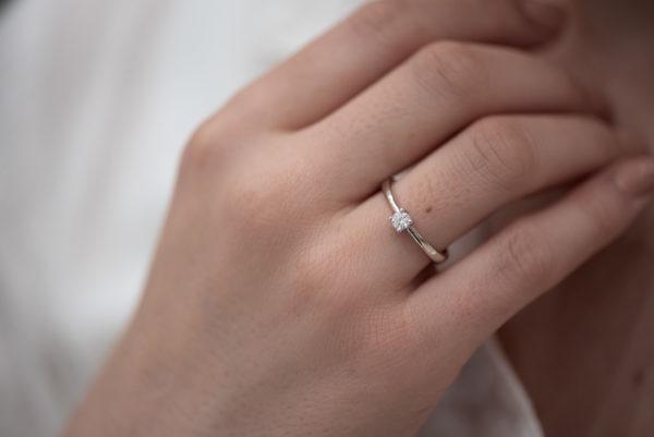 Diskretan verenički prsten sa jednim brilijantom